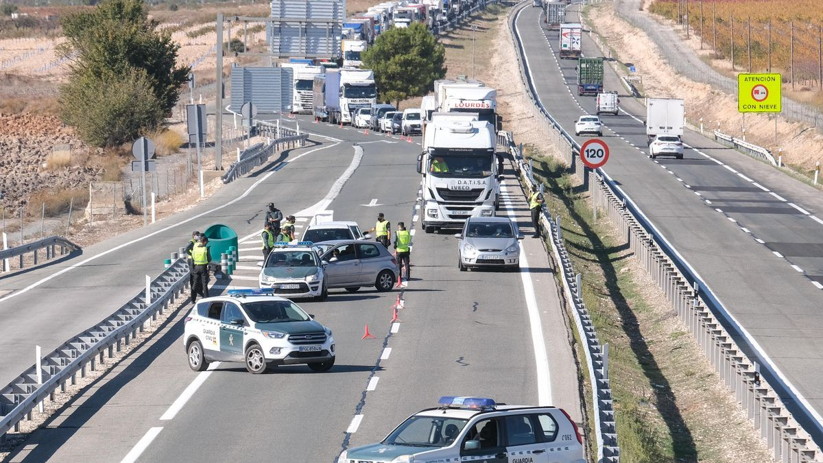 Civil Guard control on the A-31 highway at the height of Villena to prevent the access of people from other communities on the first day of the perimeter confinement of the Valencian Community