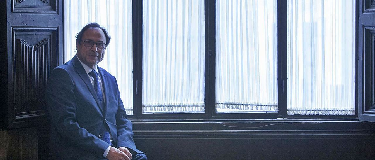 El conseller de Hacienda, Vicent Soler, junto a una ventana en una entrevista reciente. | F.BUSTAMANTE