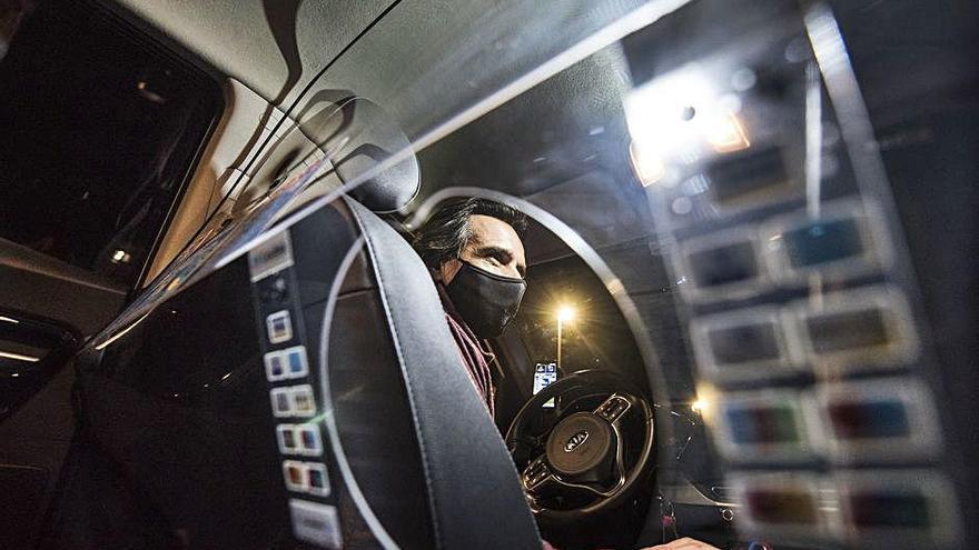 Els taxistes prenen mesures per evitar contagis en el vehicle