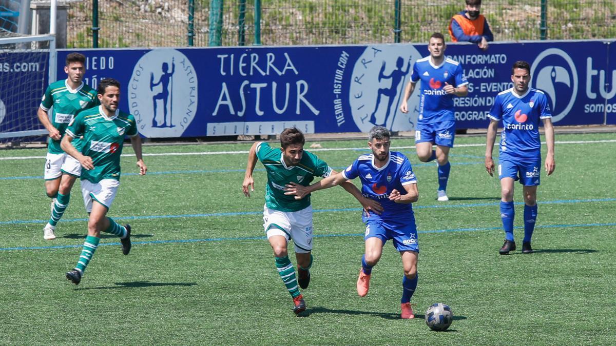 Antón disputa un balón durante el partido de ayer.