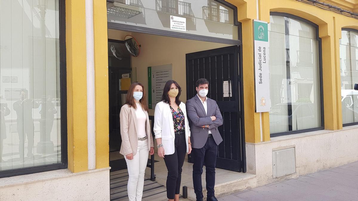 Purificación Joyera, en el centro, durante su visita a la sede judicial de Lucena.