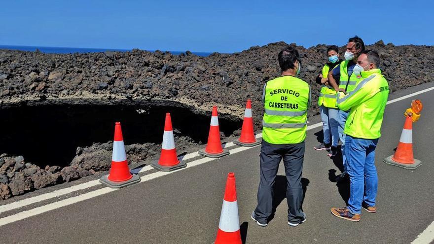 Un gran socavón obliga a cerrar un tramo de la carretera de Los Hervideros