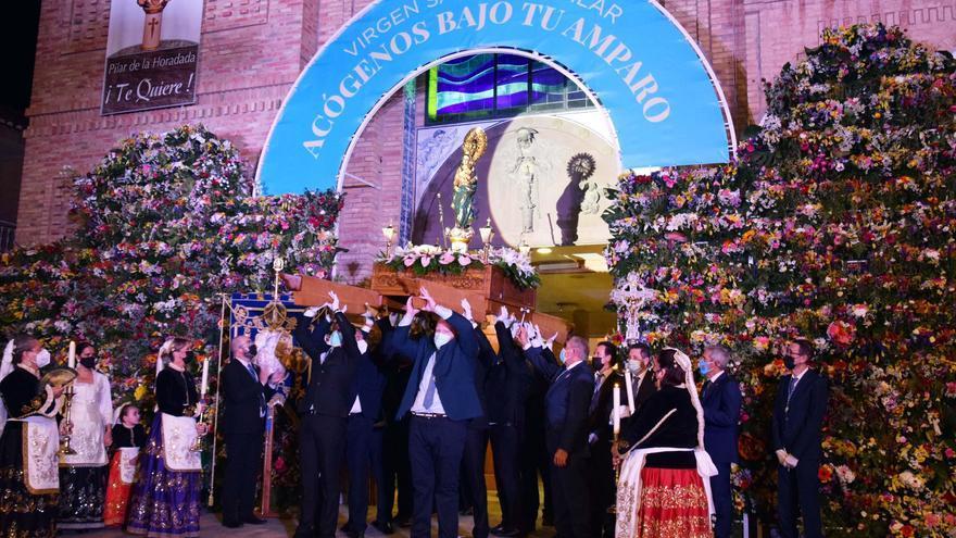 Los pilareños celebran las fiestas mayores y tranforman la procesión en un saluda a la imagen de la patrona la Virgen del Pilar