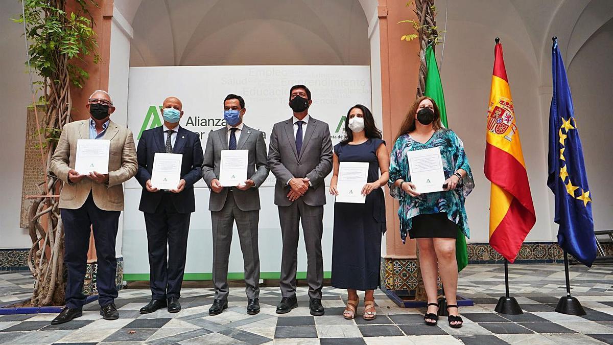 Miembros del gobierno andaluz y representantes sindicales ayer en la firma del acuerdo.