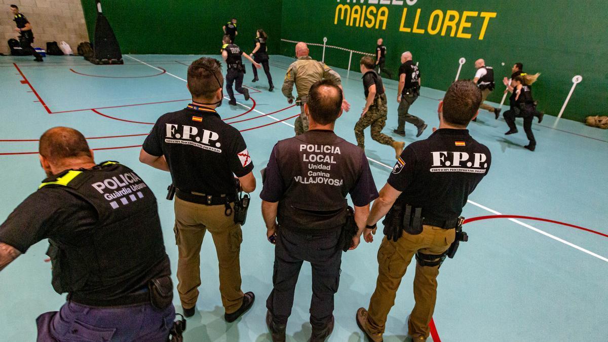 Participantes del curso de Policía durante uno de los talleres.