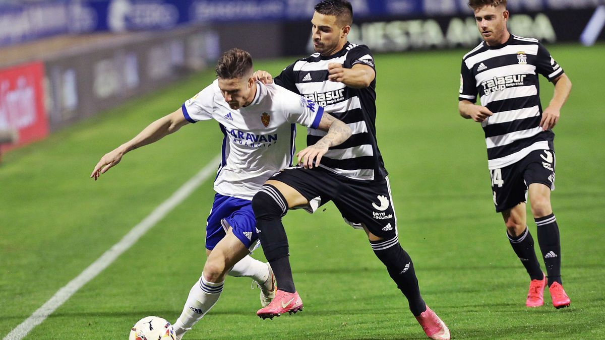 David Forniés intenta cortar el avance de un rival ante la presencia de Cayarga, a la derecha, en el partido de ayer. | ÁNDEL DE CASTRO/EPA