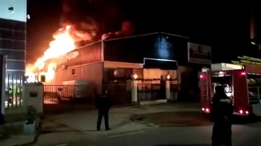 Incendio destruyó una de las dos naves y calcinó miles de contenedores