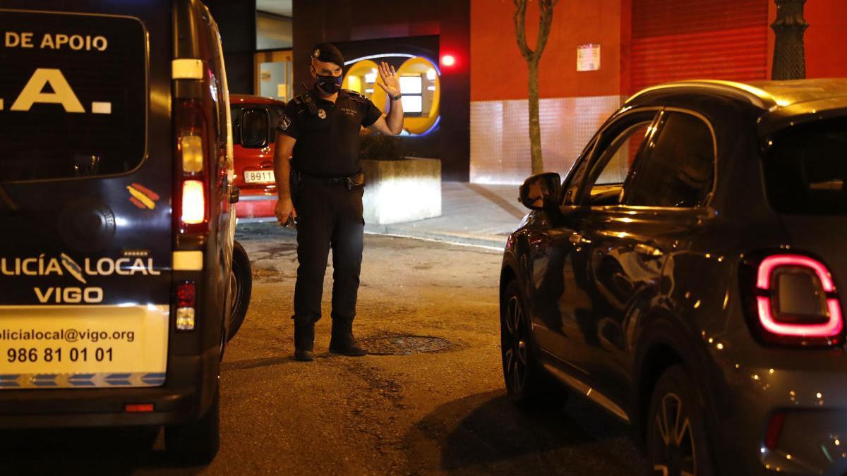 Un policía local, controlando el cumplimiento de las normas Covid. // José Lores