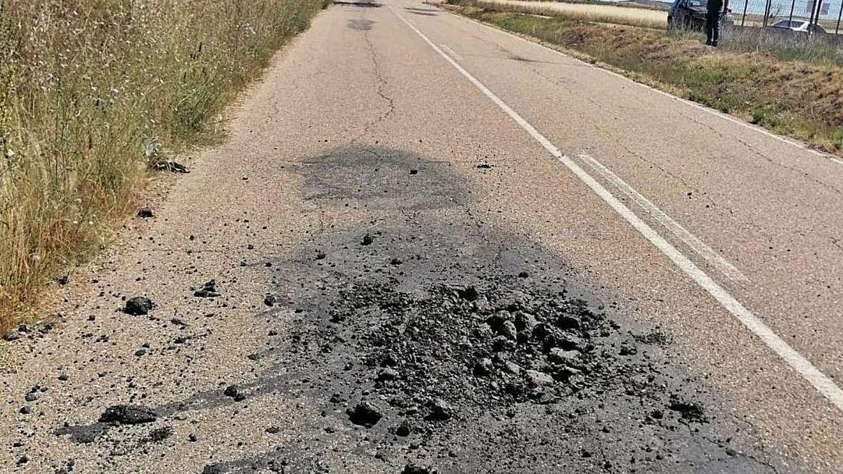 Tramo de la carretera de Pozoantiguo en el que se aprecia el deterioro del pavimento.