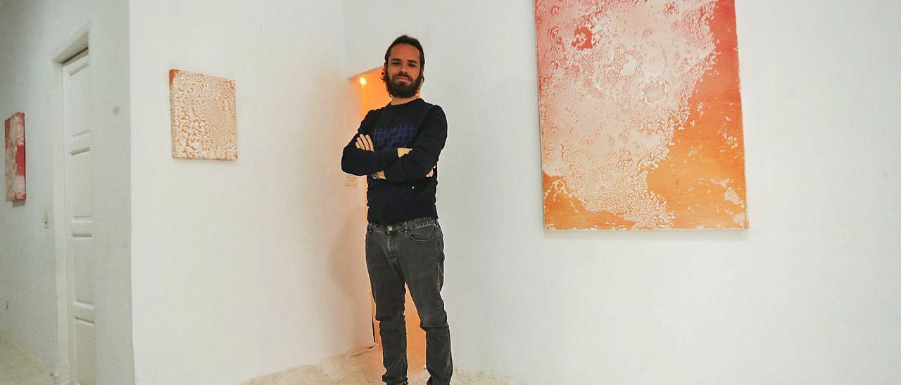 El artista valenciano Keke Vilabelda posa junto a sus obras en Oficina Esound, sobre un suelo de sal. | F. CALABUIG
