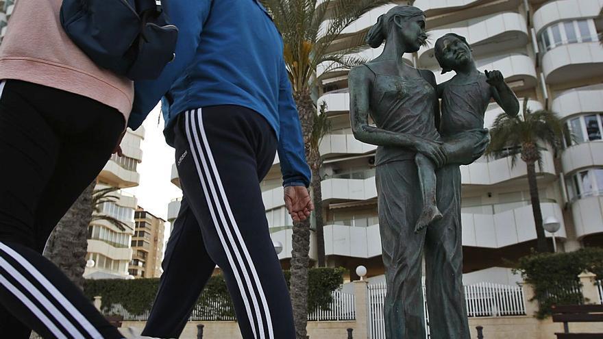 Vecinos de zonas de playa de Alicante alertan del alquiler de apartamentos turísticos para fiestas ilegales