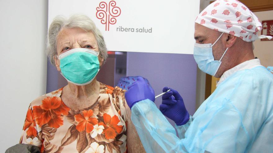 Comienza la vacunación contra el covid a los mayores de 90 años en el Departamento de Salud de Torrevieja