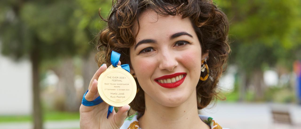 La joven investigadora, María José Ruiz-Pastor, con la medalla de oro