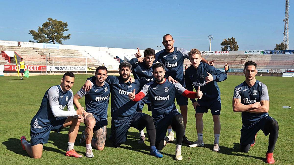 Varios jugadores del Poblense bromean en el entrenamiento de ayer.