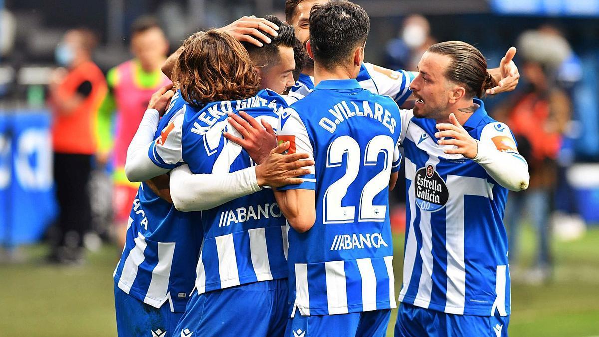 Miku se abraza a su compañeros tras marcar de penalti el gol de la victoria frente al Numancia en el último partido en Riazor. |  // VÍCTOR ECHAVE