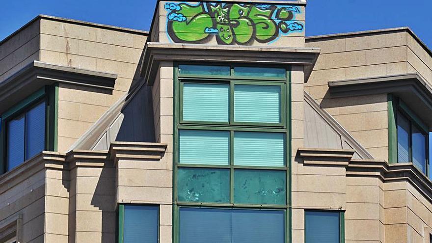 Un graffiti en lo alto de un edificio de la plaza de España