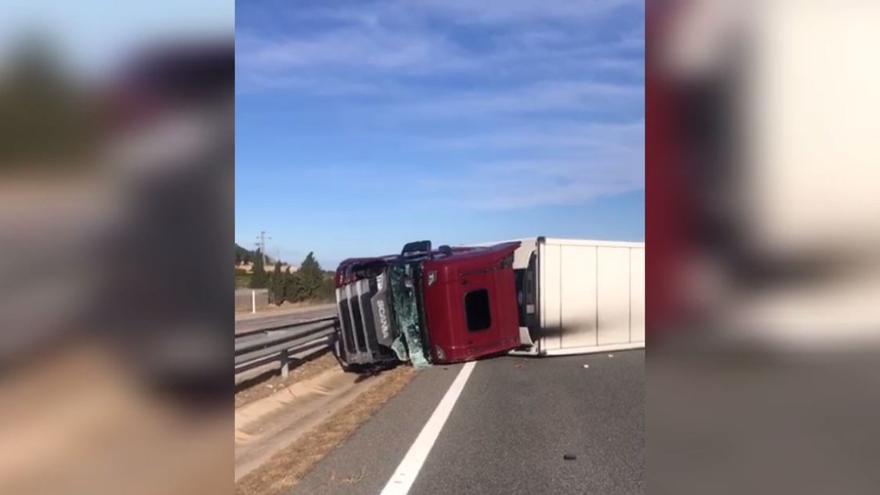 El viento vuelca un camión en la autopista a la altura de Tavernes de la Valldigna