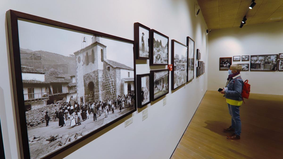 Un mujer visita la exposición 'Inmaterial' en el Archivo Regional.