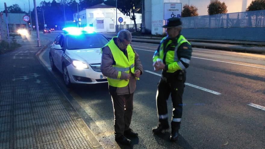 Nueva campaña de la Guardia Civil de reparto de chalecos reflectantes entre los peatones