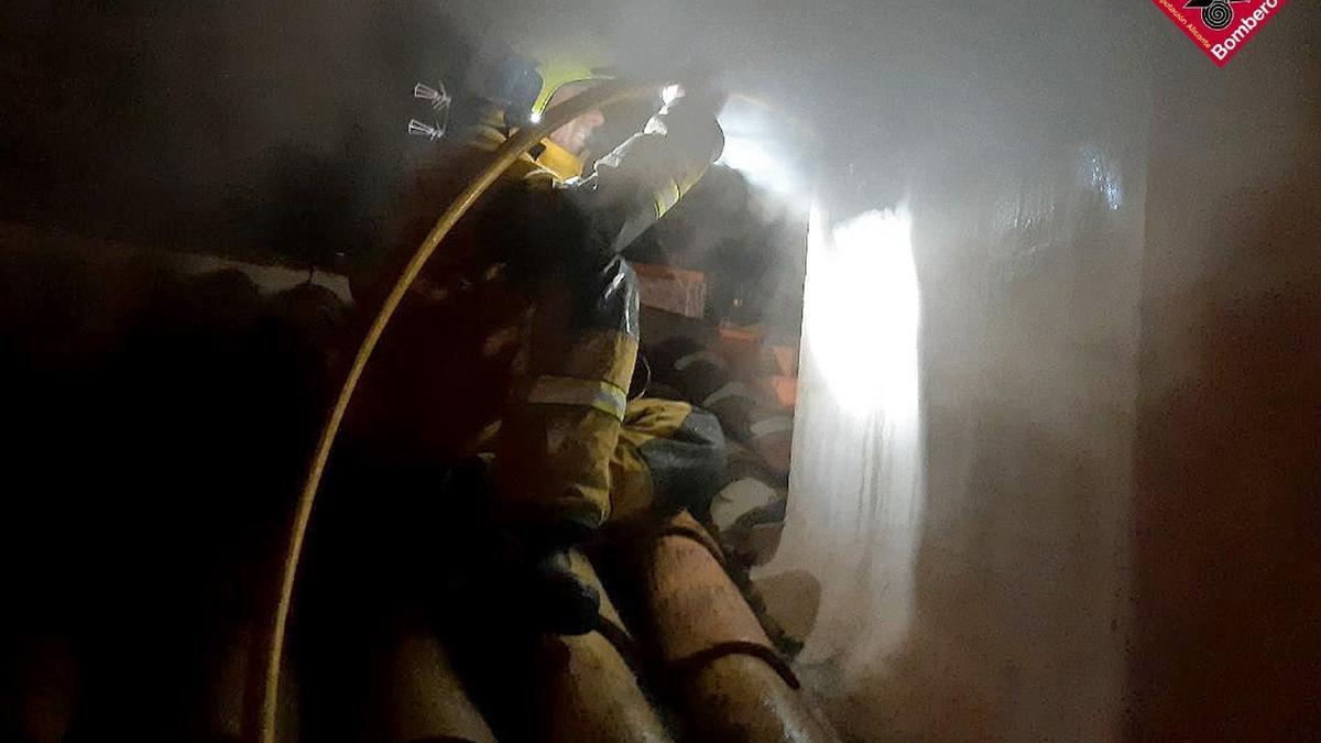 Los bomberos tuvieron que apagar el fuego lanzando agua chimenea abajo