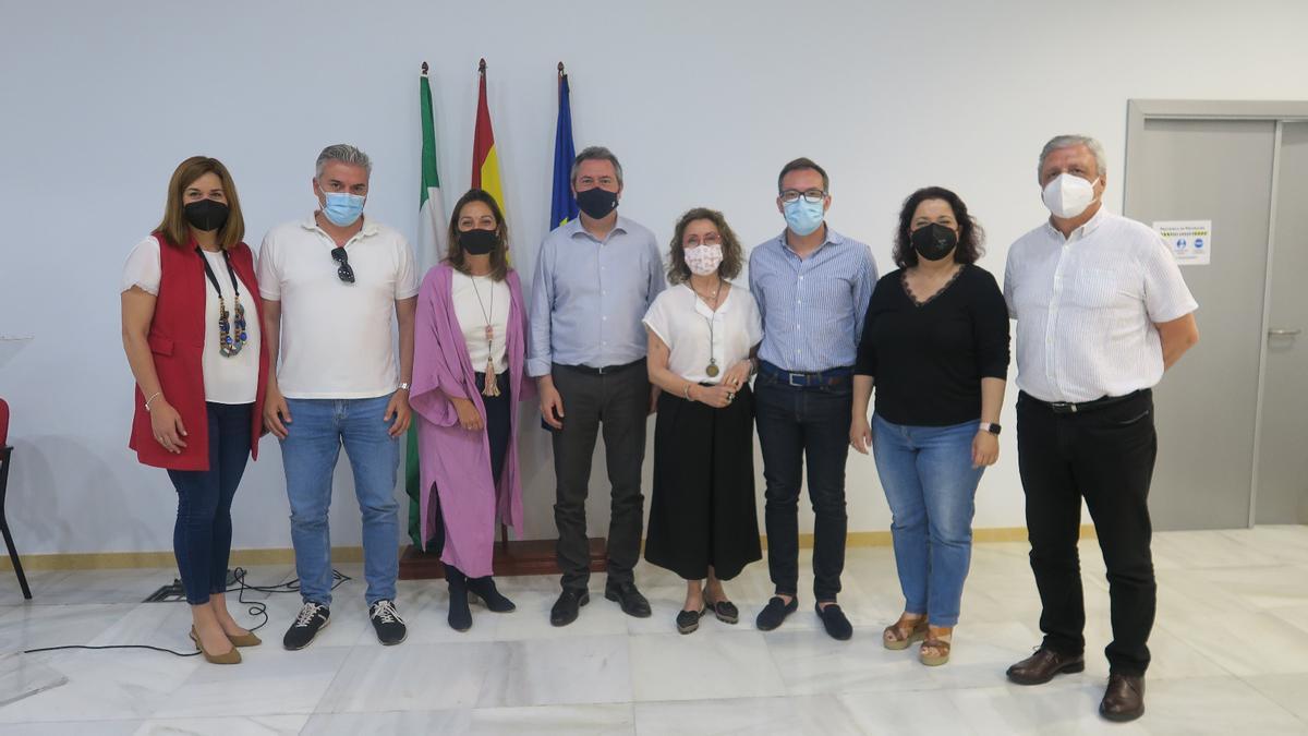 Los concejales socialistas del Ayuntamiento de Córdoba, ayer con Juan Espadas.
