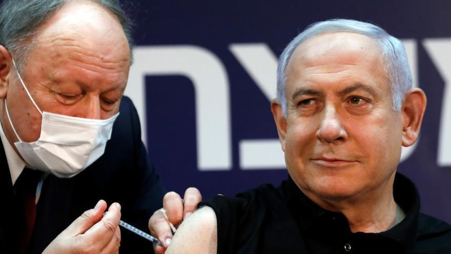 Netanyahu recibe la primera vacuna de Israel contra la Covid-19