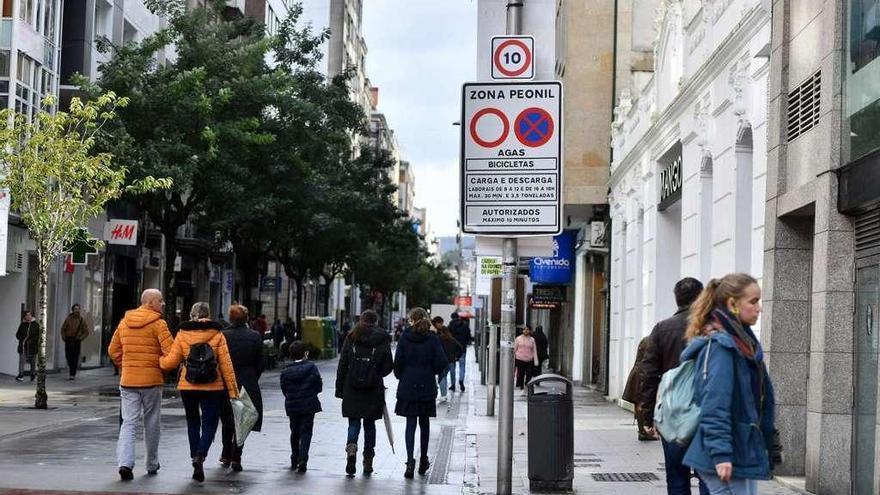¿Puede un vehículo circular a solo 6 km/h por un centro urbano?