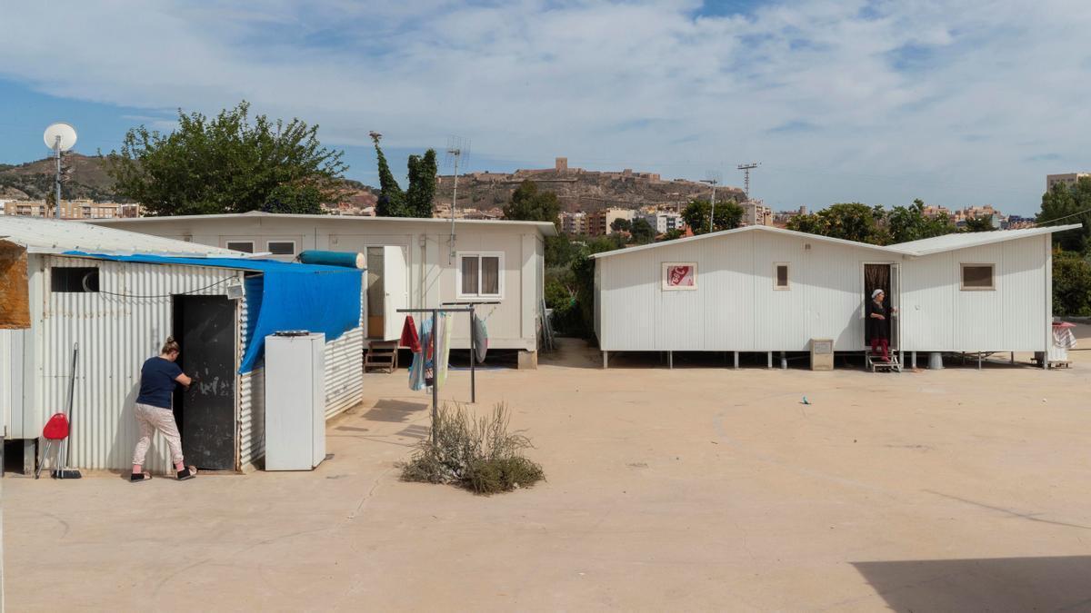 Las casas prefabricadas en las que aún viven seis familias que perdieron sus viviendas tras los seísmos