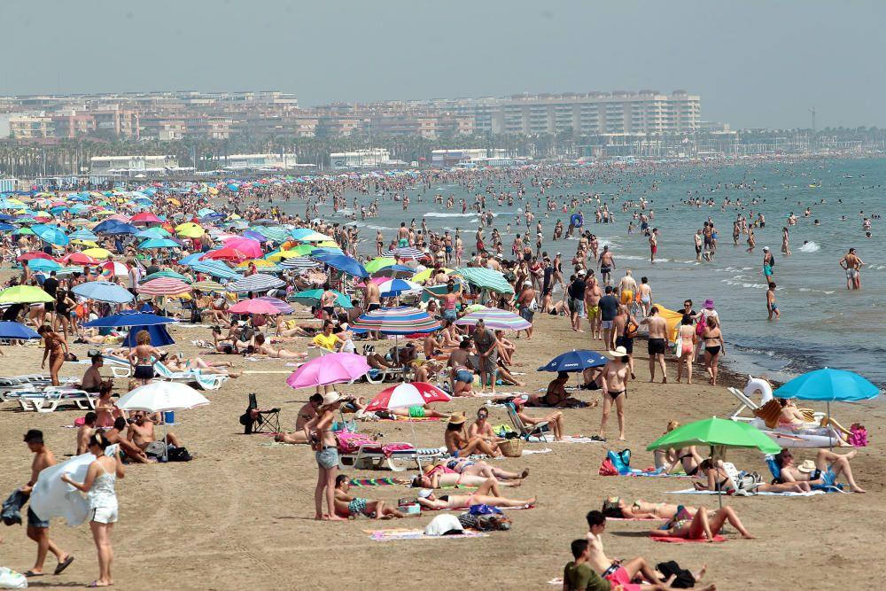 La playa del Cabanyal reabre tras su cierre por vertidos fecales