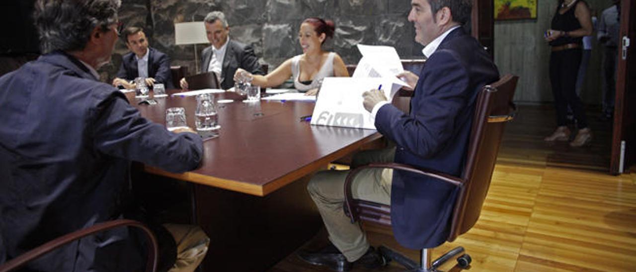 """Clavijo pide a Rajoy """"más compromiso con Canarias"""""""