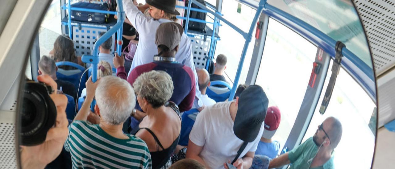 Un autobús de la línea entre Alicante y el aeropuerto, repleto de pasajeros, el pasado jueves.