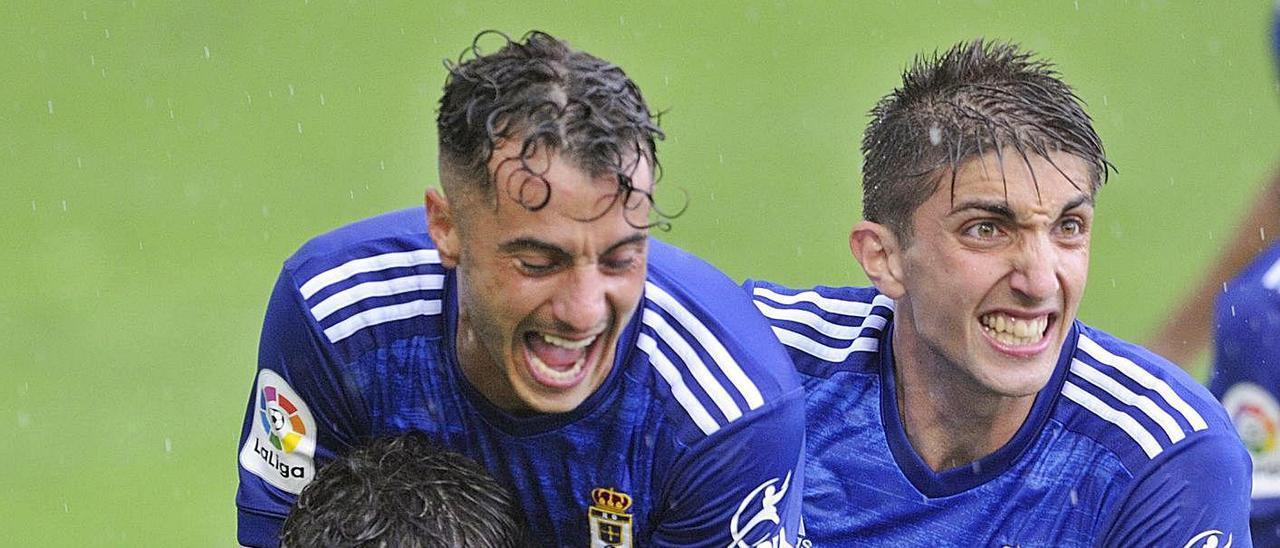 Tejera y Edgar abrazan a Sangalli tras marcar el jugador vasco el tanto del empate ante el Miirandés. | LOF