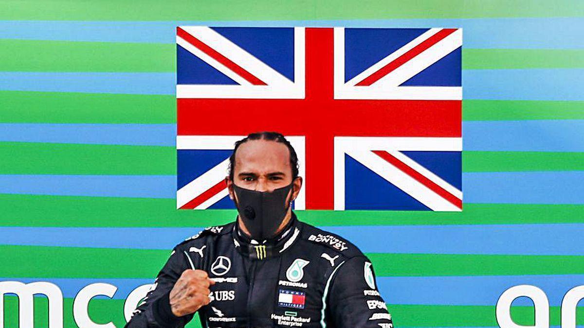 Hamilton salta en el podio de Montmeló tras su triunfo.