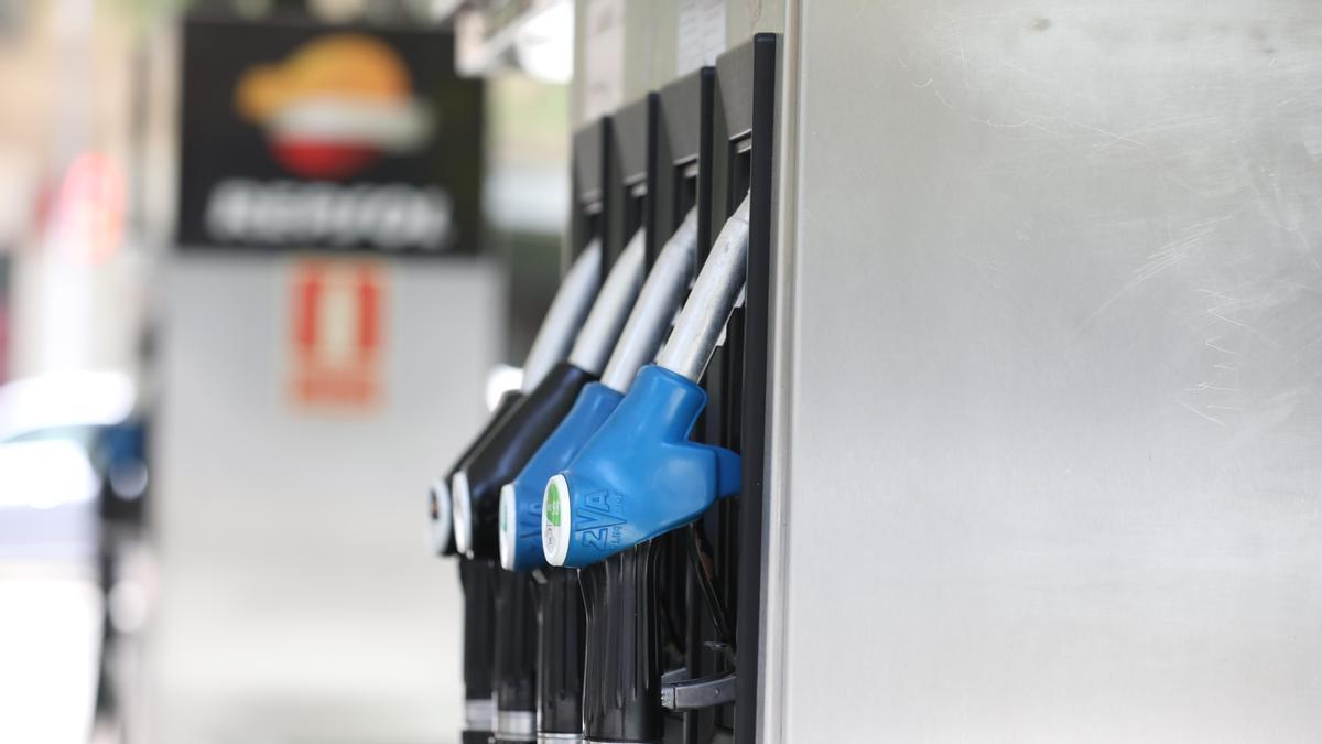 Surtidores de gasolina y gasóleo en una estación de servicio.