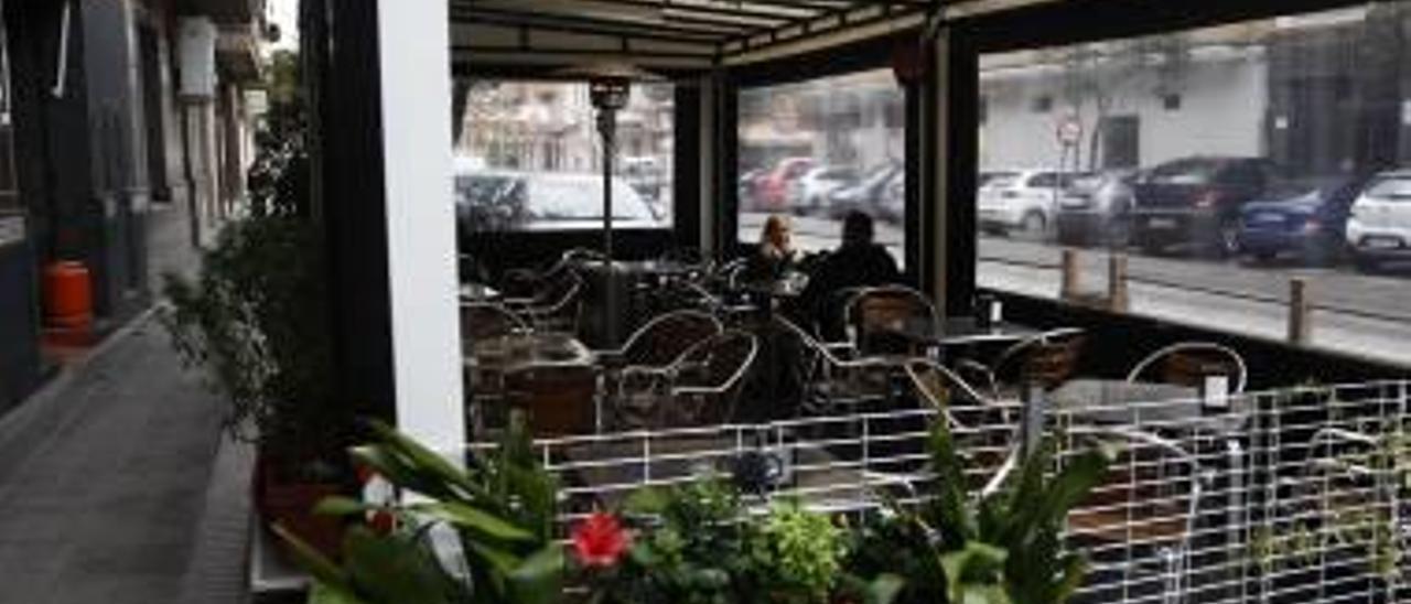 Aldaia suspende la ordenanza de las  carpas en bares al pedirse 13 de golpe