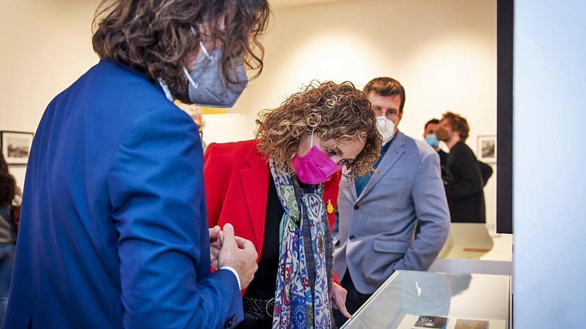 La consellera de Justícia, Ester Capella, visitant la mostra.