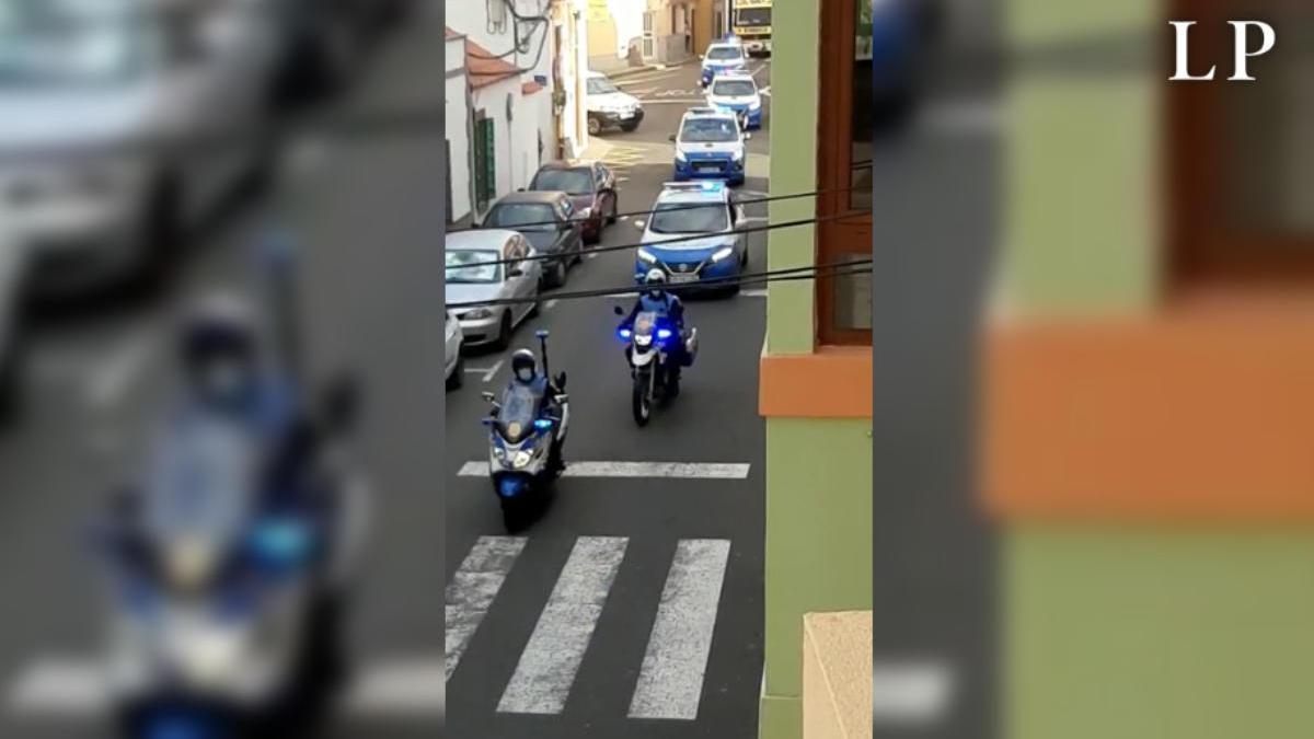 Varias dotaciones de la Policía Local durante el recorrido por Arucas