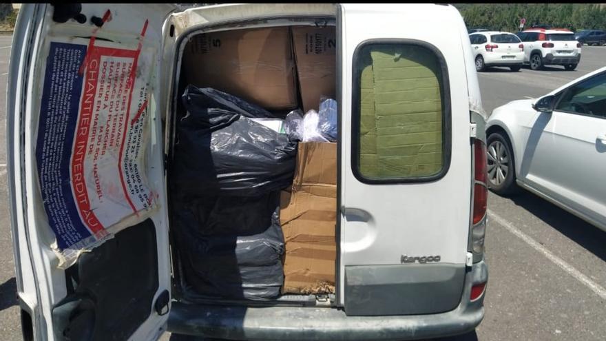 La Policia de la Jonquera enxampa un home amb una furgoneta carregada de roba falsificada