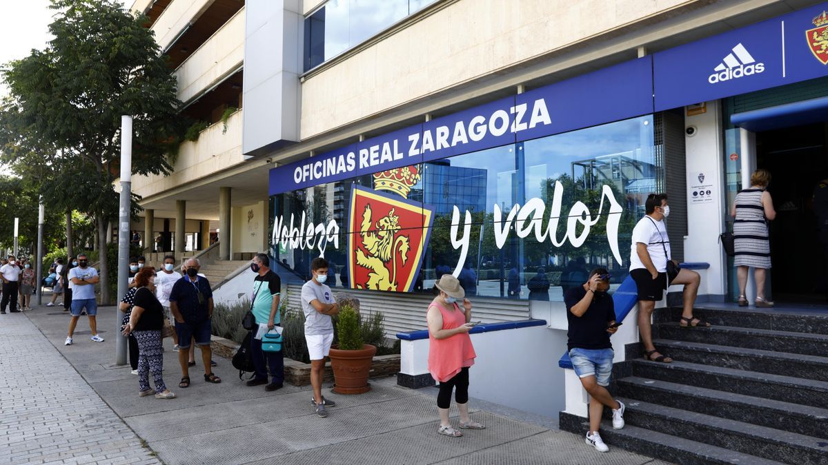 Largas filas este lunes en las oficinas de la entidad en el primer día habilitado para renovar presencialmente el abono del Real Zaragoza o proceder al cambio de localidad.