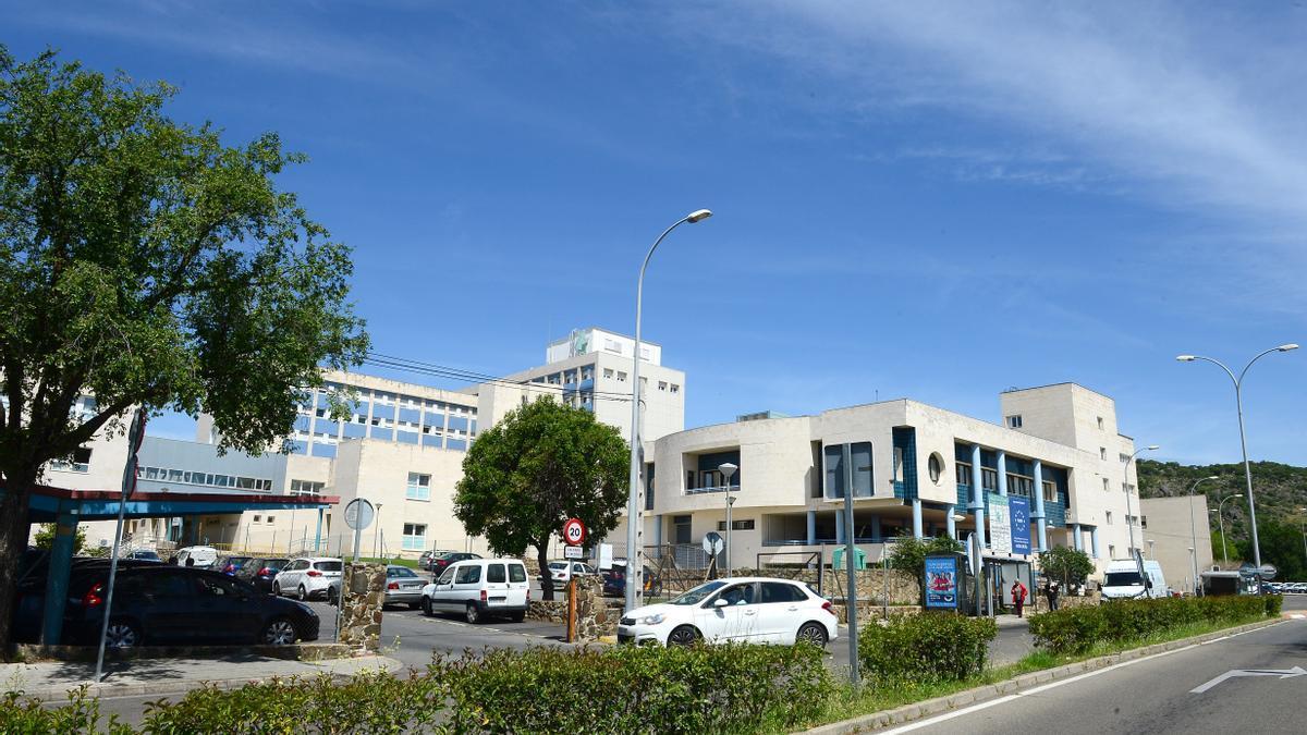 Una imagen de parte del hospital Virgen del Puerto al que fue trasladado el herido.