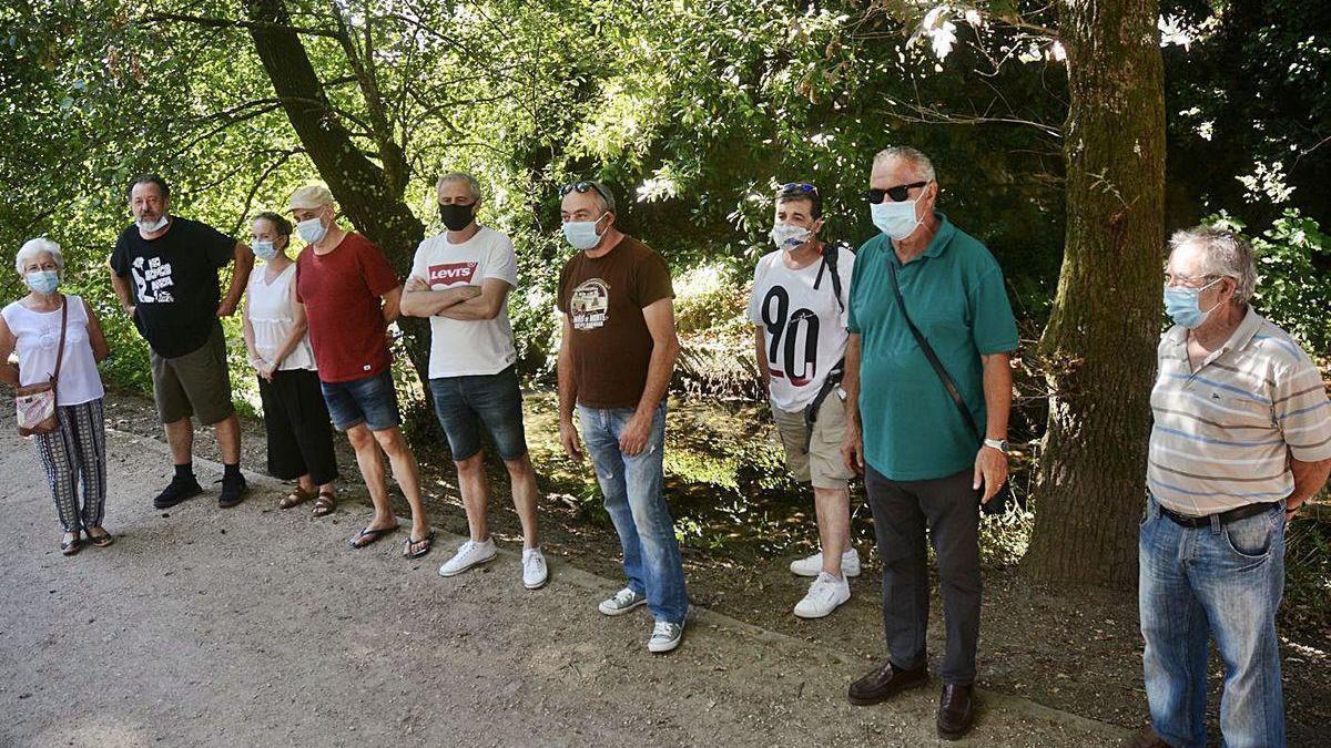 Integrantes de la asociación medioambiental ayer en la presentación del plan de limpieza.