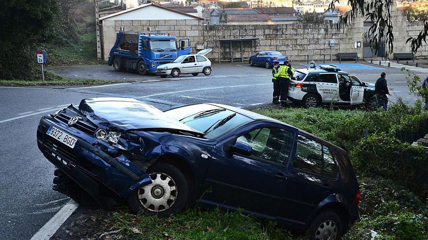 Un aparatoso choque entre un coche y un camión se salda sin heridos en Bueu