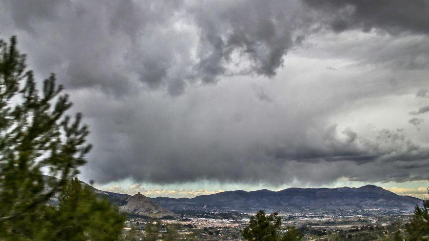 El tiempo en Alicante: Cielo cubierto con probables chubascos y máximas en descenso