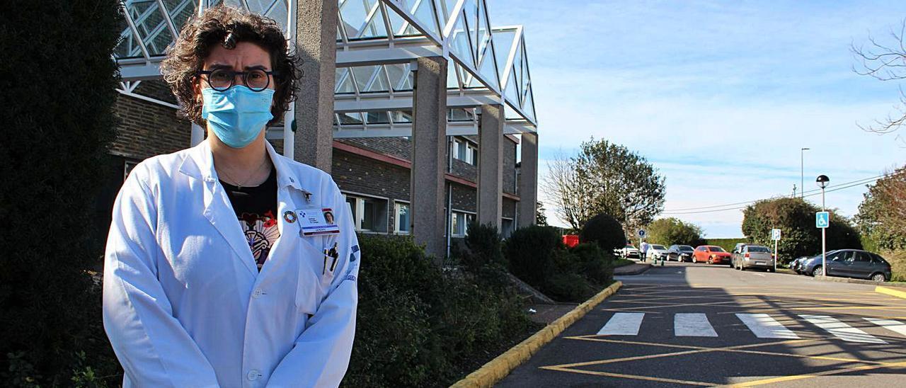 La gerente de Jarrio, Bárbara González, a las puertas del centro hospitalario coañés. | T. Cascudo