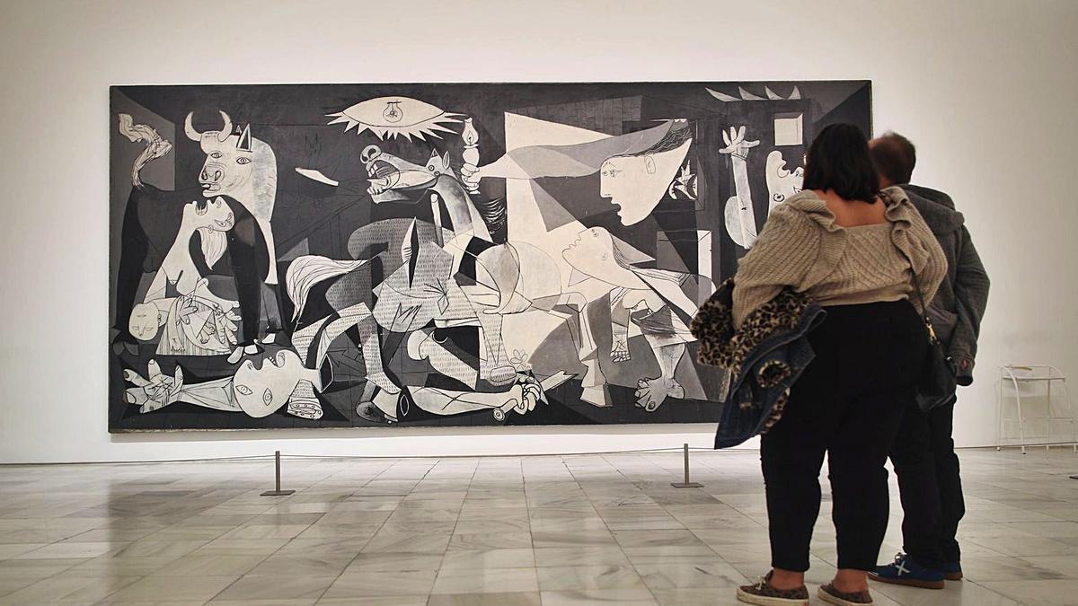 Dos personas contemplan la obra de Picasso en el museo Reina Sofía.