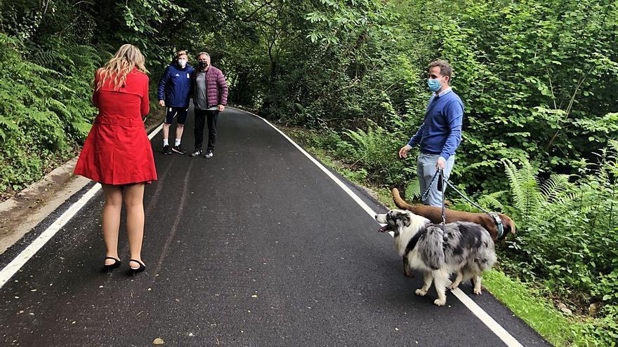 Un estreno canino y oviedista: los perros del futbolista Mossa inauguran un camino en Hevia (Siero)