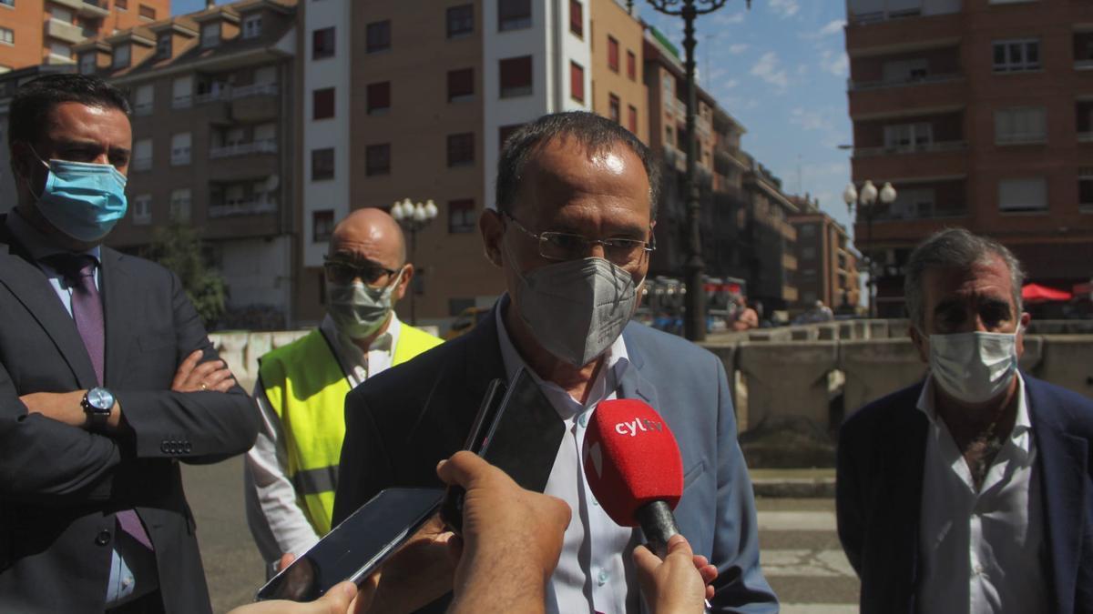 Ángel Blanco presenta la obra del puente