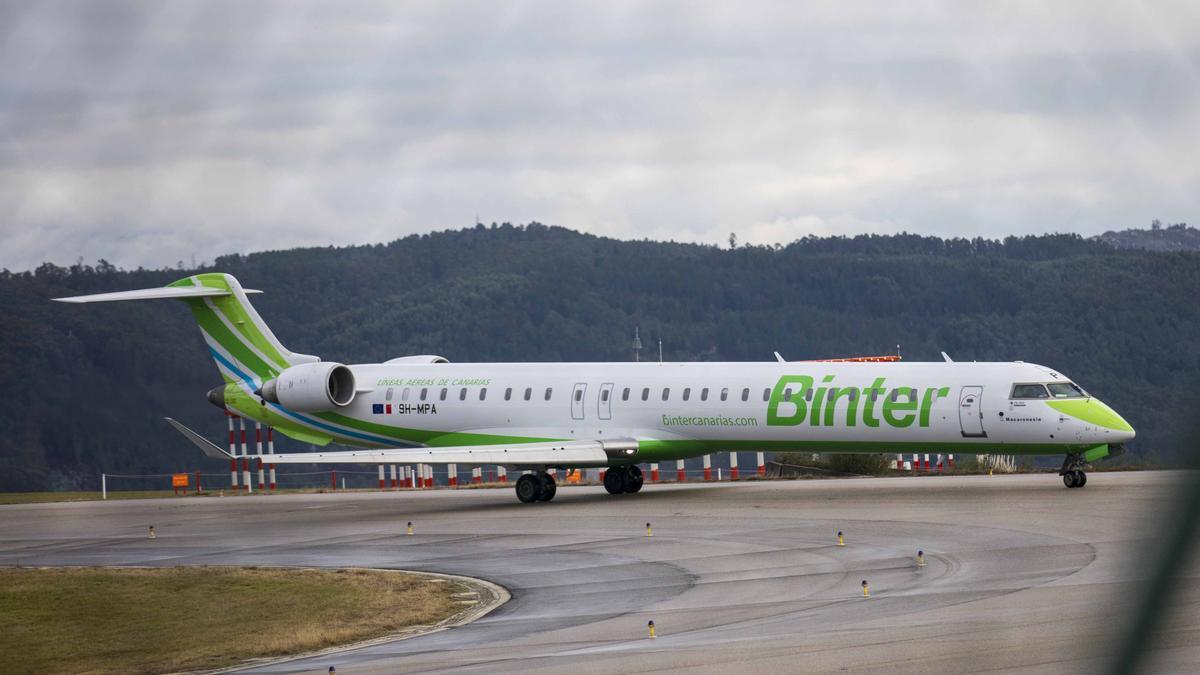 Un avión de Binter, en Peinador