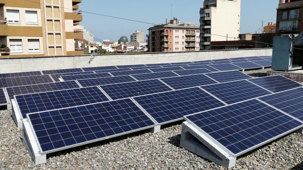 Plaques solars a l'edifici de l'OMAC de Figueres