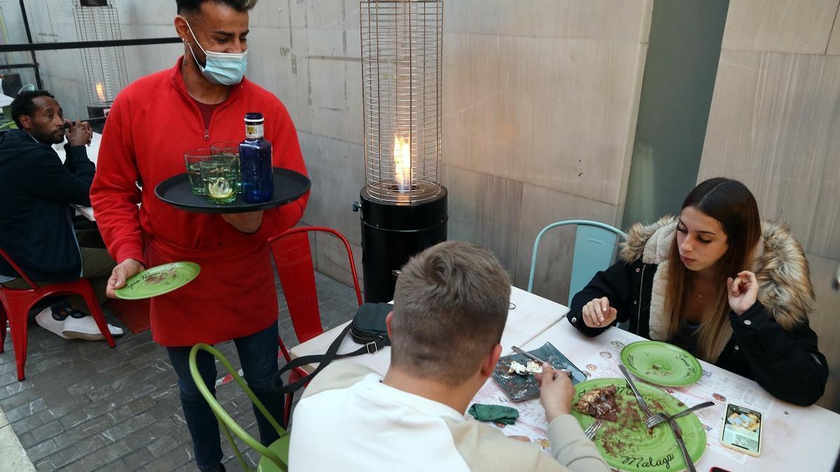 Clientes en un negocio de hostelería en Málaga